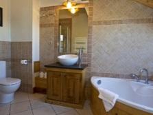 Большая напольная тумба с накладной раковиной в интерьер ванной комнаты, совмещенной с туалетом