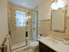 Бело-бежевый интерьер ванной комнаты, совмещенной с туалетом