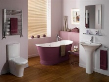 Сиреневая ванна в бело-сиреневом интерьере ванной комнаты, совмещенной с туалетом