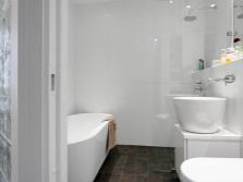 Интерьер небольшой ванной комнаты, совмещенной с туалетом в белом цвете