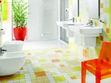 Яркий интерьер ванной комнаты, совмещенной с туалетом в зелено-желто-белой цветовой гамме