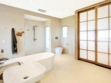 Интерьер просторной ванной комнаты, совмещенной с туалетом