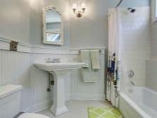 Настенные бра для подсветки зеркала в интерьере ванной комнаты, совмещенной с туалетом