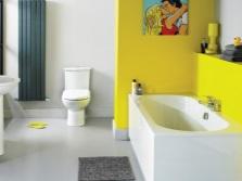 Интерьер ванной комнаты, совмещенной с туалетом в желтом, белом цветах
