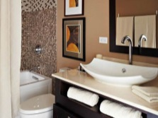 Кричневый цвет в интерьере ванной комнаты, совмещенной с туалетом