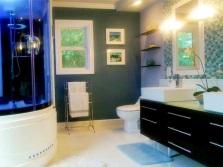 Интерьер ванной комнаты, совмещенной с туалетом - тумба с двумя раковинами, напольный унитаз, зеркало и подсветка для него, гидробокс с неоновой подсветкой