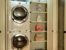 Шкаф с полочками и местом под стиральную машину и сушку в ванной