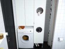 Шкаф белого МДФ для стиральной машины в ванной