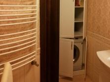Угловой шкаф из белого ДСП для стиральной машины в ванной