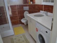 Шкаф-тумба со столешницей и встроенной раковиной для стиральной машины в ванной