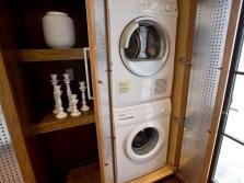 Шкаф изготовленный из дерева и пластика для стиральной машины в ванной