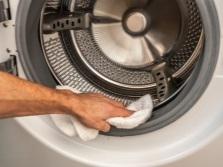Удаление влаги с внутренних поверхностей в стиральной машине для предупреждения появления плесени
