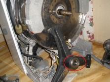 Если стиральная машина стучит при отжиме или стирке необходимо проверить подшипник