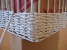 Плетение прямоугольной корзины для белья из газетных трубочек