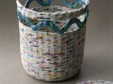 Корзина для белья из газетных трубочек с декором и крышкой
