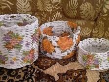 Корзина для белья из газетных трубочек с декором