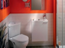 унитаз с угловым бачком в оранжевой ванной