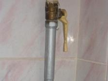 Кран с желтой ручкой по перекрытию газа газовой колонки