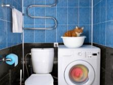 узкая стиральная машина, установленная в туалете