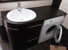 стиральная машина под столдешницей: контрастное решение