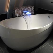 Овальная квариловая ванна