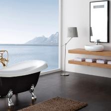 Маленькая ванна с напольным смесителем