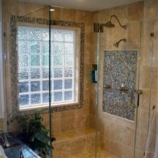 Окно в ванной декорированное мозаикой