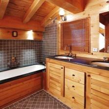 Большая ванная в деревянном доме