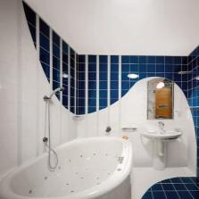 Красивый дизайн совмещенной ванны с туалетом