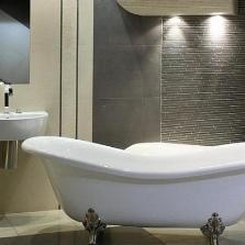 Правильный контраст серых стен ванной с другим оттенком