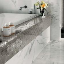 Зеркальная мозаика на отдельных частях интерьера ванной