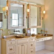 Декорированное зеркало в ванной