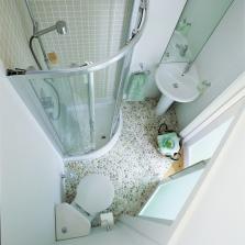 Душевая кабина в ванной комнате маленького размера