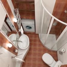 Квадратная ванная комната с душевой кабиной