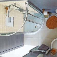 Душевая кабина в маленькой ванной комнате - вид сверху