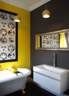 Желтая и черная стена в ванной