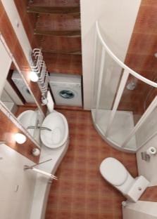 Маленькая ванна с нишей для стиральной машинки