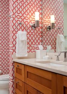 Красно-белые обои в ванной