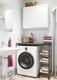 Маленькая ванная комната с душевой кабиной и стиральной машиной
