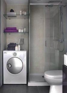 Стиральная машинка и душевая кабина в ванной комнате