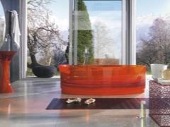 Красная ванна - яркий акцент для необычного интерьера