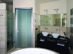 Матовые стеклянные двери - прекрасный выбор для ванной комнаты