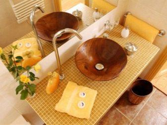 Коричневая раковина в желтой ванной