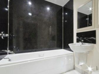 Контрастные стены маленькой ванной