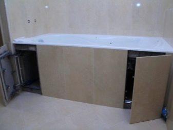 Частично открытый экран из плитки под ванной