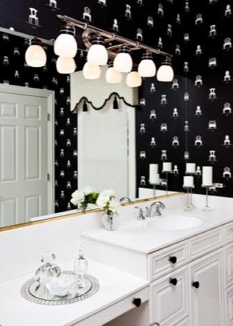 Размещение зеркал в ванной черного цвета