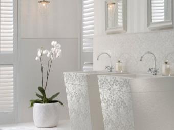 Мебель в белой ванной с необычной фактурой