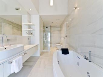 Белая ванная в светло-бежевых оттенках