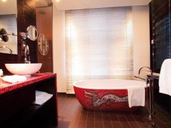 Красная ванная с японским рисунком дракона
