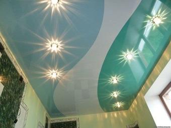Разноцветный потолок в ванной комнате